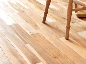 美しい木目と色合いの変化が楽しめる無垢材のフローリング